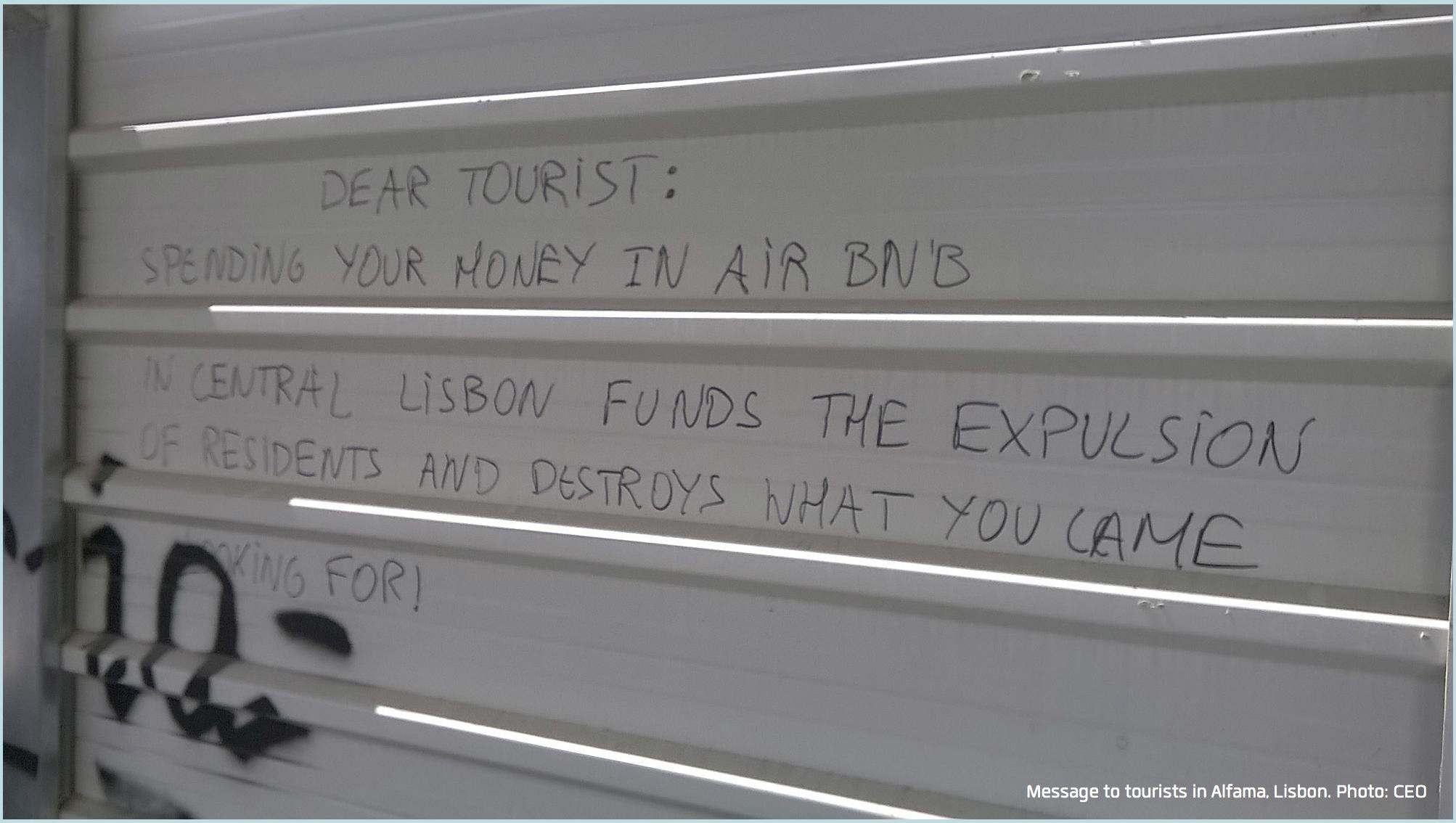 La scritta apparsa nello storico quartiere Alfama di Lisbona - ©CEO