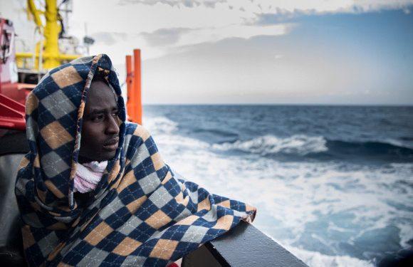 Aquarius, migranti stremati e mare mosso