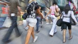 gente che cammina veloce in città