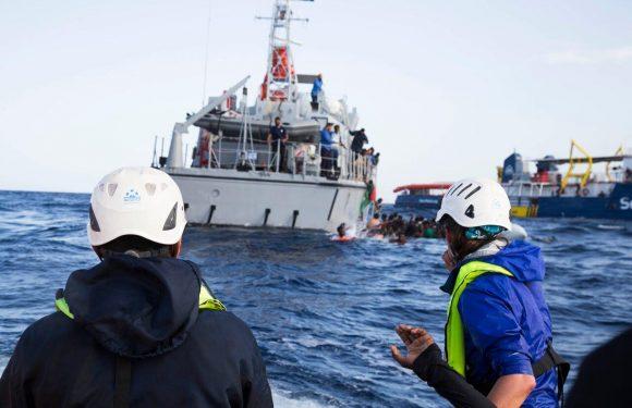 I 41 naufraghi salvati dalla marina USA sono ancora in mare