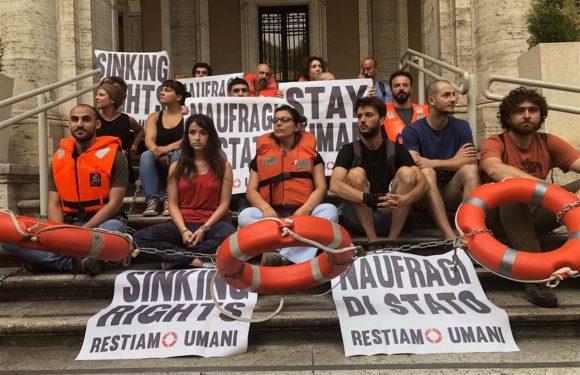 «Basta naufragi di Stato»: gli attivisti si incatenano davanti al Ministero dei Trasporti