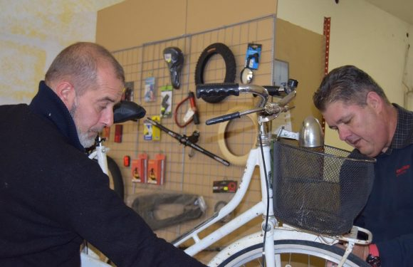 """L'officina delle biciclette dove si """"ripara"""" anche la vita"""