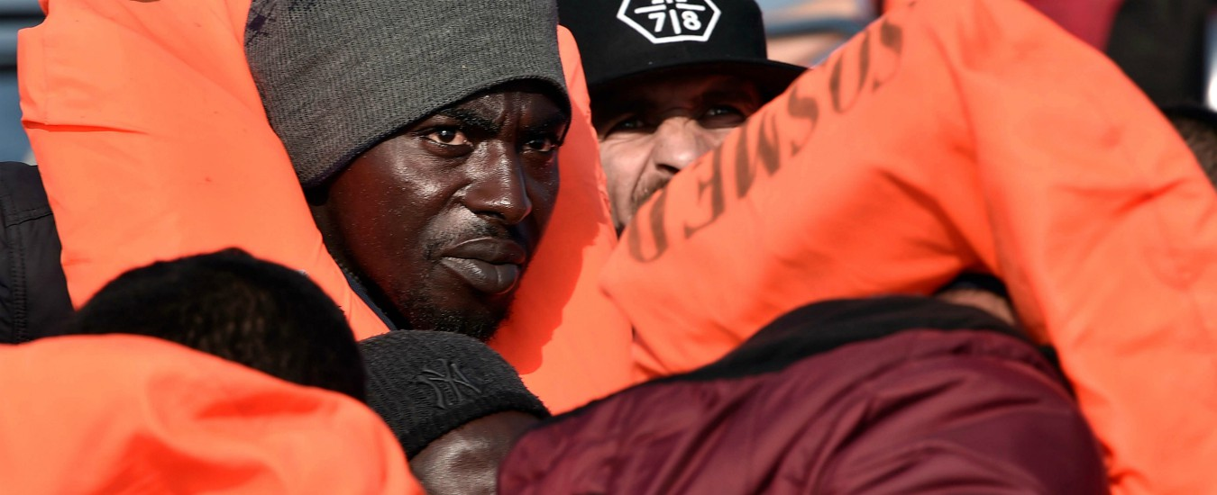 A migrants is seen on a rubber boat off Libyan coast on May 12, 2018. The 74 migrants of various nationalities, including women and children were rescued by MV Aquarius, a rescue vessel chartered by SOS-Mediterranee and Doctors Without Borders (MSF). / AFP PHOTO / LOUISA GOULIAMAKI