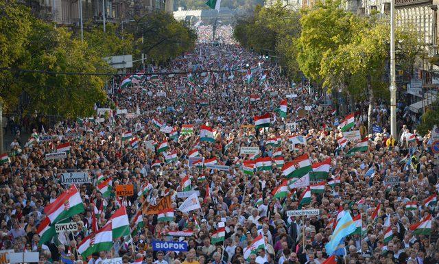 Ungheria, in piazza contro Orban
