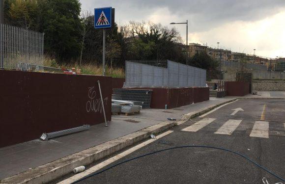 #LetUsLive **H 7:30 Piazzale Spadolini – Migranti prelevati con la forza, ammanettati e portati in questura.**