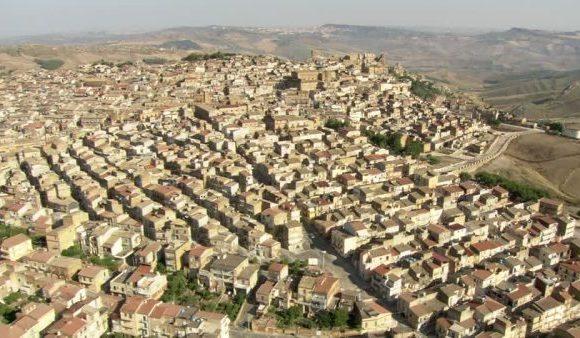 Pietraperzia, un paese al centro geografico e mafioso della Sicilia
