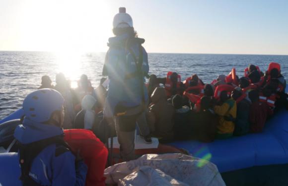 Sbarco vietato per i 49 migranti tratti in salvo da ong italiana