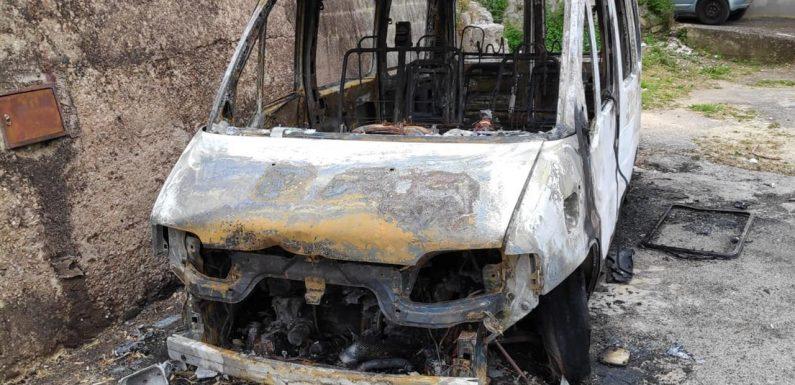 A Sutera bruciato il pulmino simbolo dell'accoglienza dei migranti
