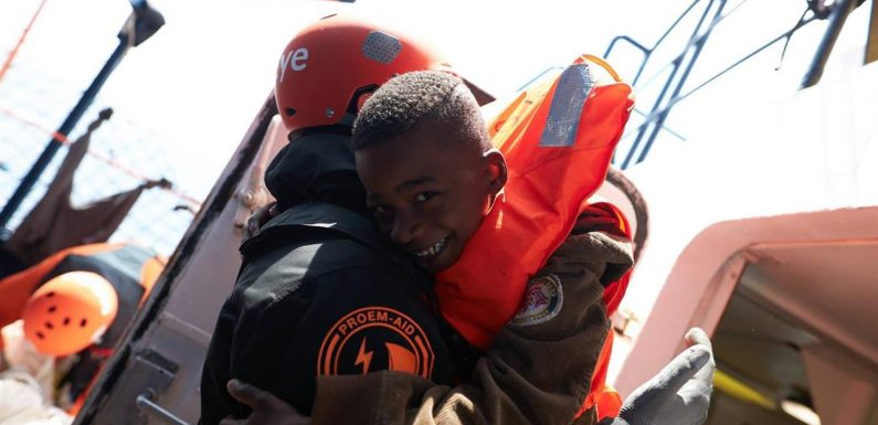 Termina la negoziazione dei naufraghi, i 62 dell'Alan Kurdi distribuiti in Europa