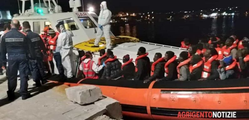 Sea Watch, il pm fa sbarcare i migranti