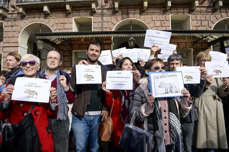 0eco1f01-flash-mob-torino-su-di-maio-giornalisti-sciacalli-lapresse