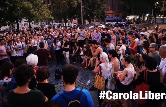 #CarolaLibera Staremo qui fino all'alba LA SOLIDARIETÀ NON SI ARRESTA…E NON DORME