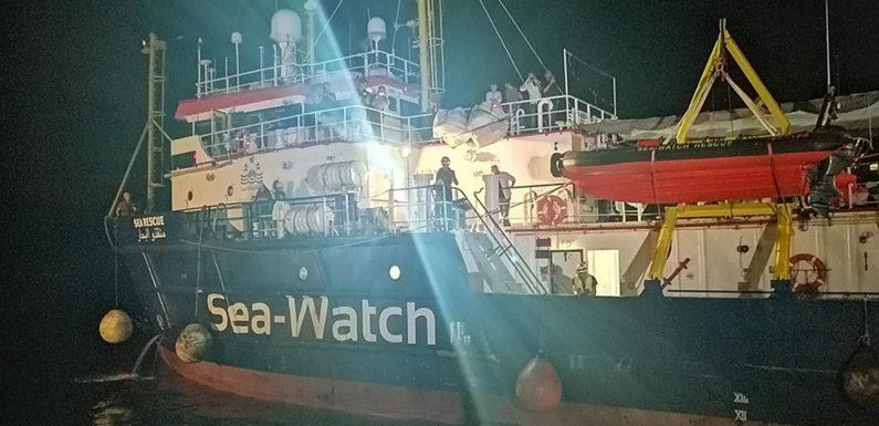 La Sea Watch 3 attracca nel porto di Lampedusa con i 40 naufraghi a bordo. Arrestata la capitana