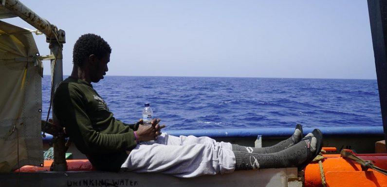 Dopo l'odissea in mare i migranti della Sea Watch trattenuti nell'hotspot di Messina