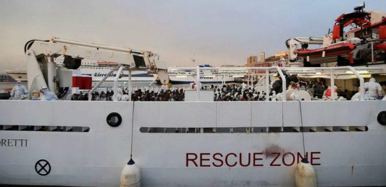 La Gregoretti attracca ad Augusta. Migranti ancora a bordo.