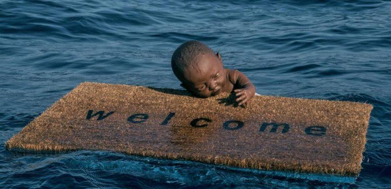 Il neonato aggrappato a uno zerbino che galleggia nel Mediterraneo per scuotere le coscienze