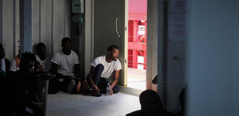 Ocean Viking con 82 migranti soccorsi ancora ferma in mare tra Italia e Malta
