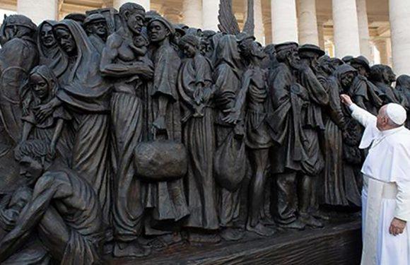 In Piazza San Pietro Francesco inaugura il monumento al Migrante