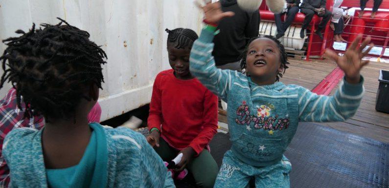Ocean Viking in attesa di un porto sicuro, l'orrore delle carceri libiche tra i migranti sbarcati a Pozzallo