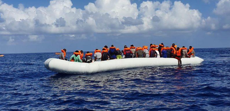 Ocean Viking soccorre 176 persone, tre sbarchi in un giorno a Lampedusa