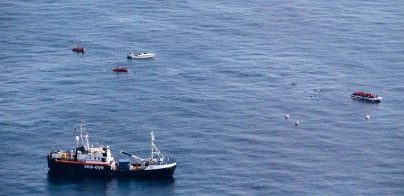Spari della guardia costiera libica contro la Alan Kurdi che soccorre 92 persone