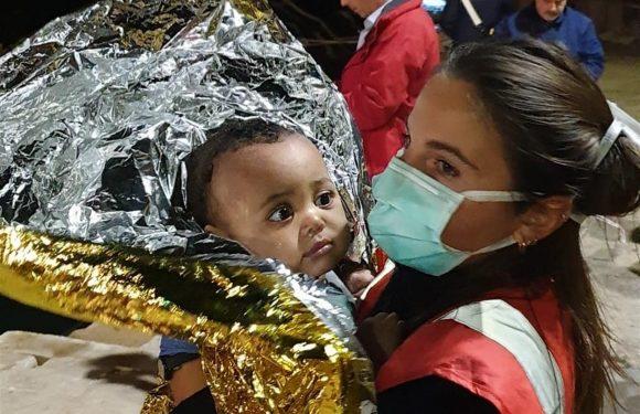 Barcone capovolto davanti Lampedusa: 149 soccorsi, recuperati 7 corpi