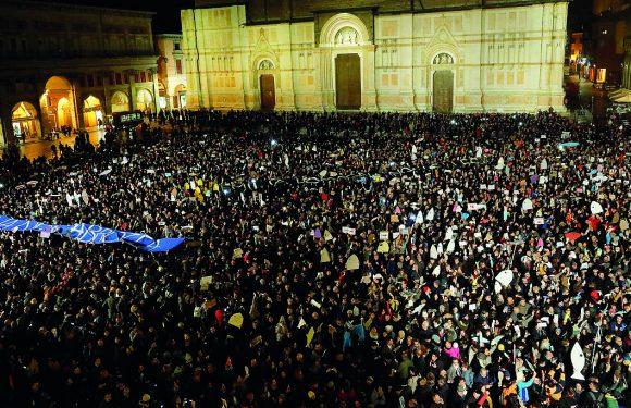 #Bolognanonsilega, la mobilitazione lanciata da 4 cittadini sui social porta in piazza 12 mila persone