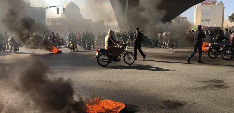 Iran, migliaia di cittadini in piazza e la brutale repressione delle autorità. Amnesty: oltre 100 morti