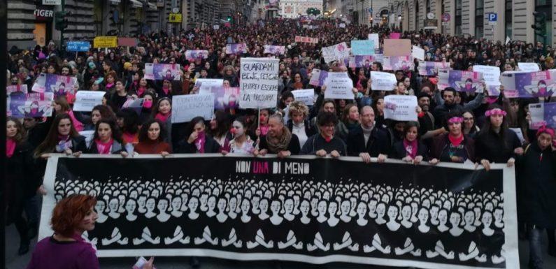 Le 100mila femministe in piazza contro la violenza fanno ancora paura