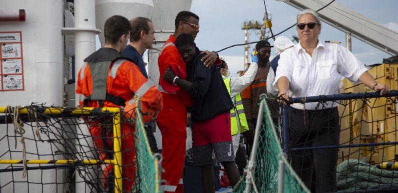 Sbarco di 151 migranti a Pozzallo, a Taranto gli 88 dell'Alan Kurdi sopravvissuti all'attacco dei libici