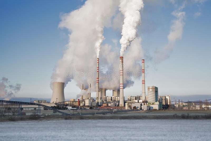 una-centrale-elettrica-carbone-nella-distanza-nel-paesaggio-agricolo-pocerady-repubblica-ceca-65515020