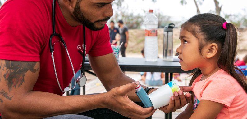 La storia di Dairon Elisondo, il migrante diventato medico del campo al confine tra USA e Messico