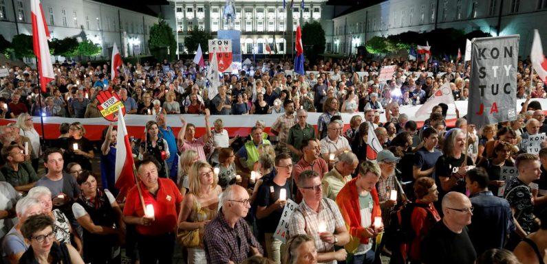 Polonia, in migliaia contro la legge che attacca l'indipendenza dei giudici. Il paese verso l'uscita dall'UE?