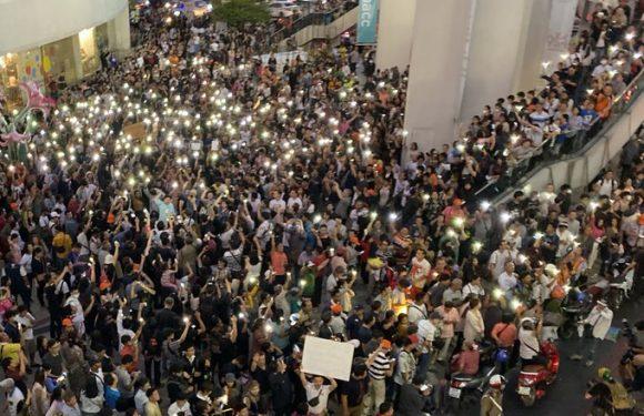 Thailandia: da Twitter alla piazza, migliaia di giovani in strada per protestare contro il governo