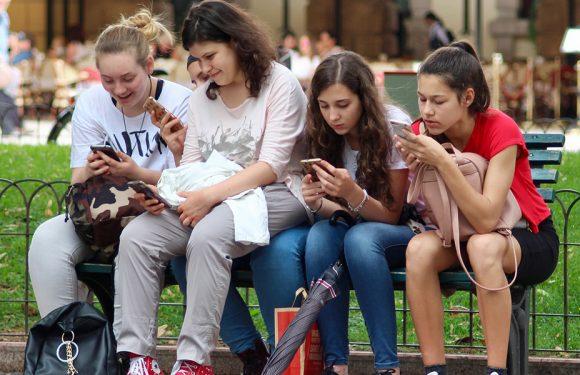 Gli effetti delle tecnologie digitali sugli adolescenti: niente panico e più ricerca