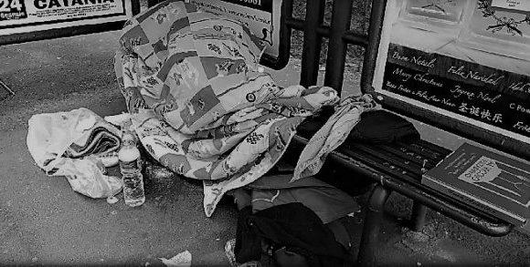 Per l'assessore leghista i senzatetto sono come le macchine in divieto di sosta e vanno rimossi