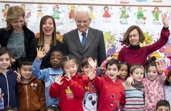 Mattarella in una scuola con tanti bambini cinesi. Un gesto anti-discriminazioni