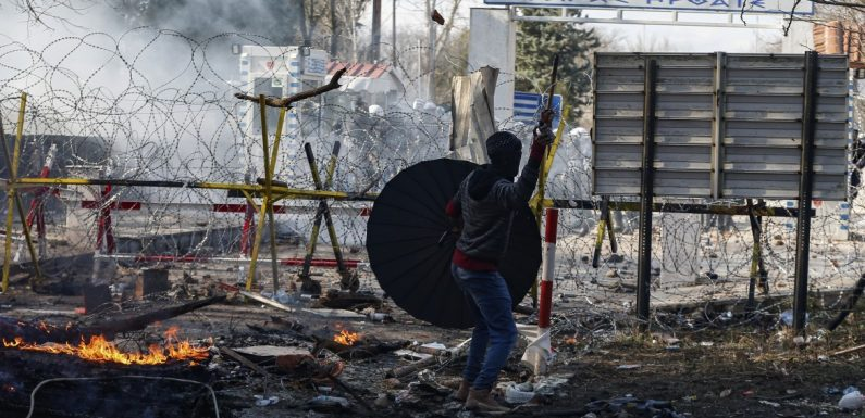Lacrimogeni sui rifugiati. La Turchia apre i confini.