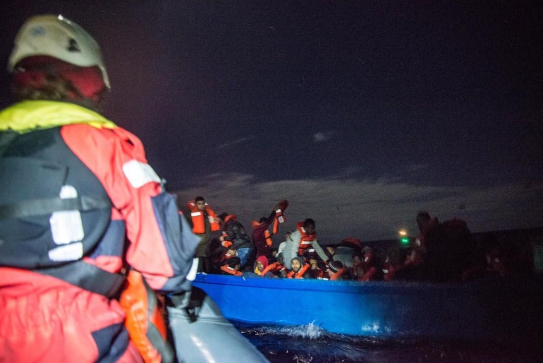 14desk3f01-desk3-un-salvataggio-di-questi-giorni-al-largo-delle-coste-libiche-foto-mediterranea-via-twitter