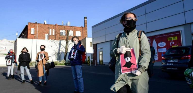 Polonia: le donne manifestano in difesa dell'aborto nonostante il lockdown, rispettando il distanziamento sociale