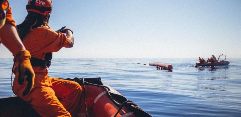 Spari in aria della guardia costiera libica contro i migranti: 68 soccorsi
