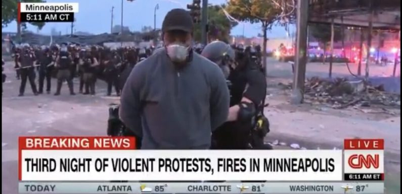 Morte Floyd, arrestato agente killer. Fermata per un'ora troupe CNN che seguiva le proteste di Minneapolis