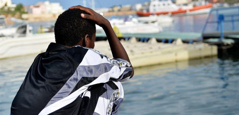 Oltre 400 migranti sbarcati a Lampedusa, disposto il fermo per l'Alan Kurdi