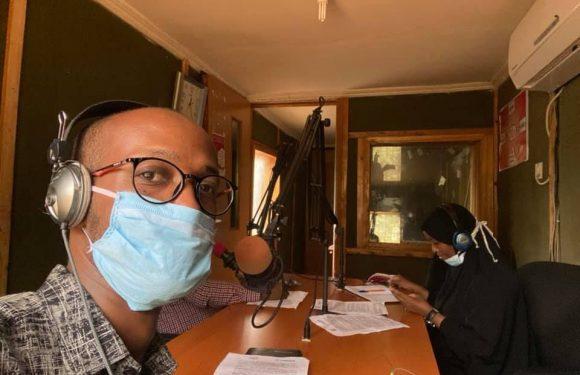 Il giornalista che combatte via radio la disinformazione su COVID-19 nel più grande campo profughi del mondo in Kenya
