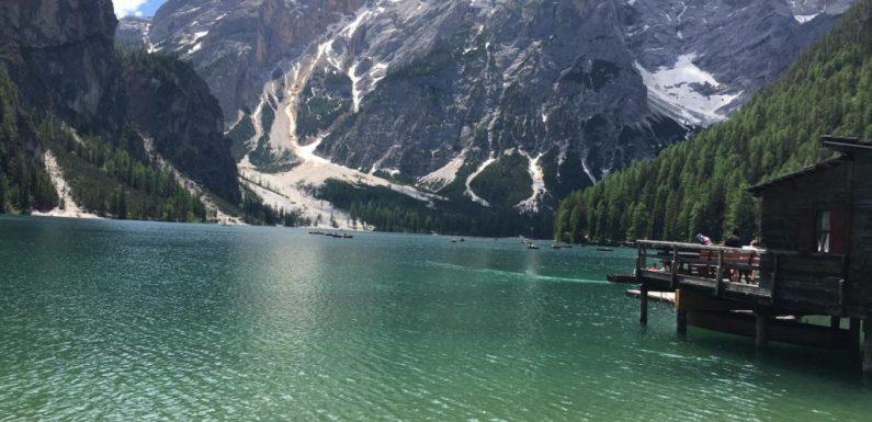 """Il lago di Braies """"regno dei Fanes"""" dopo il blocco totale torna sul """"set"""" del turismo"""