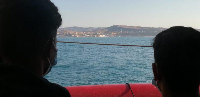 Atteso il trasbordo dei naufraghi soccorsi dalla Ocean Viking sulla Moby Zaza