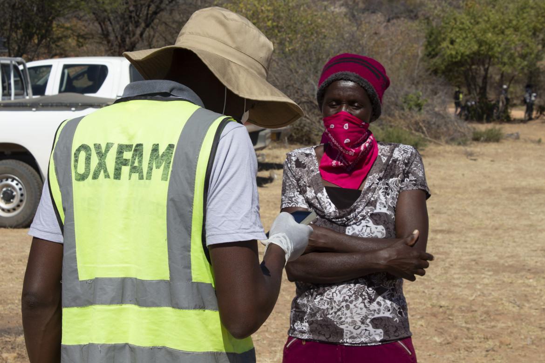 09soc1-zimbabwe-oxfam-al-covid-19-distribuzione-di-cibo-credit-tavonga-chikwaya-oxfam