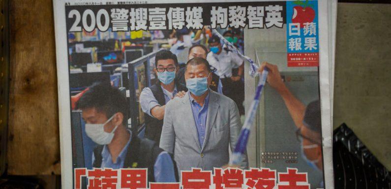 """Hong Kong, arrestato e rilasciato su cauzione il proprietario del giornale Apple Daily: """"È solo l'inizio, la battaglia per le nostre libertà sarà lunga"""""""