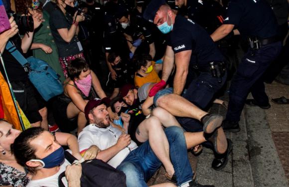 """Polonia, arresti e violenze della polizia: """"Le comunità Lgbti sono state praticamente dichiarate nemiche dello Stato"""""""