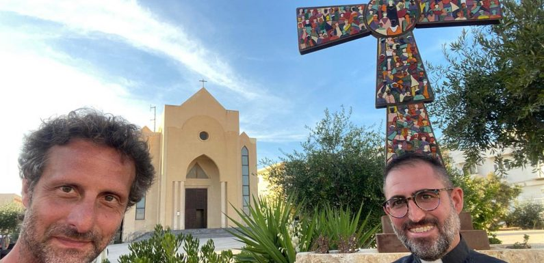 """""""Non c'è nessuna invasione"""", il viaggio a Lampedusa di don Angelo"""